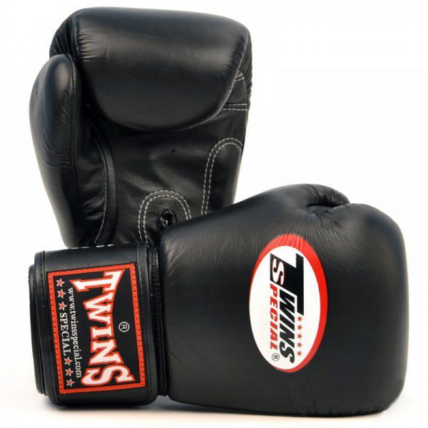 Перчатки боксерские тренировочные, 16 унций Twins SpecialБоксерские перчатки<br>Материал – 100% кожа наивысшего качества<br> Удобная застежка на липучке<br> Идеальное соотношение цена – качество<br> Ручная работа<br><br>Цвет: Черные