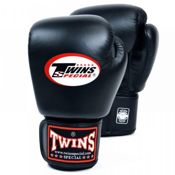 Перчатки боксерские тренировочные Twins Special, 18 унций Twins SpecialБоксерские перчатки<br>Материал – 100% кожа наивысшего качества<br> Удобная застежка на липучке<br> Идеальное соотношение цена – качество<br> Ручная работа<br><br>Цвет: Чёрный