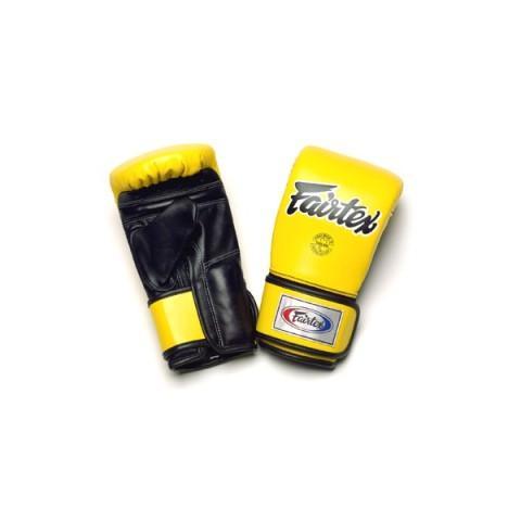 Перчатки снарядные на липучках Fairtex, M FairtexCнарядные перчатки<br>Оригинальный дизайн от компанииFairtex разработанный для отработки техники клинча в Муэй-Тай. Закрытый большой палец и широкая липучка по всей длине запястья обеспечивают максимальную поддержку запястья и комфорт.  Битки сконструированы на подобие перчаток для работы на Тай-пэдах и мешках. Используется оригинальная липучка для оптимальной поддержки запястья. Двухслойная набивка максимально погашает удар. Размер: M Цвет: черный Производство: Таиланд.<br><br>Цвет: Синий