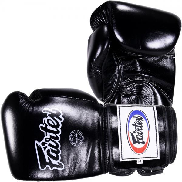 Тренировочные перчатки на липучке Fairtex, 16oz FairtexБоксерские перчатки<br>Перчатки BGV5 Pro Training Gloves - профессиональные, тренировочные перчатки.Отлично подходит для Кикбоксинга, Бокса и Муай Тай.Прекрасно подойдут для тренировочных спаррингов, выступления на соревнованиях, работы на мешках и на лапах.Перчатки ручной работы, выполнены из натуральной кожи.Особенностью этой модели является широкая липучка, она максимально защищает предплечье.Так же немного загнут большой палец, что позволяет сильнее сжимать кулак и наносить более сильные удары.Материал: кожа.Размер: 16 oz.Цвет: черный.Производство: Таиланд.<br>