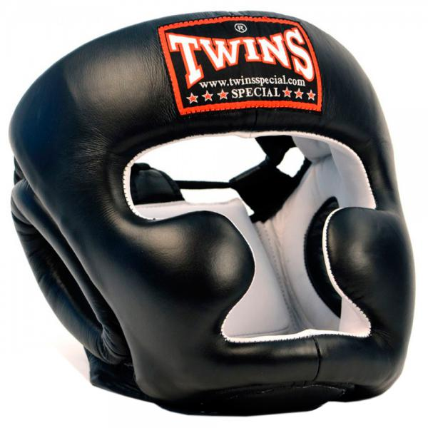 Боксерский шлем Twins Special HGL-6, Размер XL Twins SpecialШлемы ММА<br>Защищает лицо от травм<br> Имеет конструкцию с защитой щёк<br> Застёжка-липучка на затылке гарантирует удобство при одевании и снятии шлема<br> Широкие эластичные резинки вместо стандартных шнурков<br> Отличный обзор<br> Кожа топового качества<br> Ручная работа<br><br>Цвет: Черный