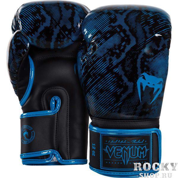 Перчатки боксерские Venum Fusion Blue, 16 oz VenumБоксерские перчатки<br>Боксерские перчатки Venum Fusion. Классические перчатки для бокса, муай тай, ММА, для работы в парах и на мешках. очень хорошо сидят на руке. Широкая застежка обеспечивает надежную фиксацию перчаток Venum на запястье. Внутренний наполнитель - пена, которая обеспечивает хорошую амортизацию удара, а значит и обеспечивает хорошую защиту рук. Внешняя часть перчаток выполнена из материала Skintex Leather. Этот современный материал имеет аналогичные характеристики натуральной кожи, но делает их производство дешевле. Очень качественно сделанные швы. Сделано в Тайланде.<br>