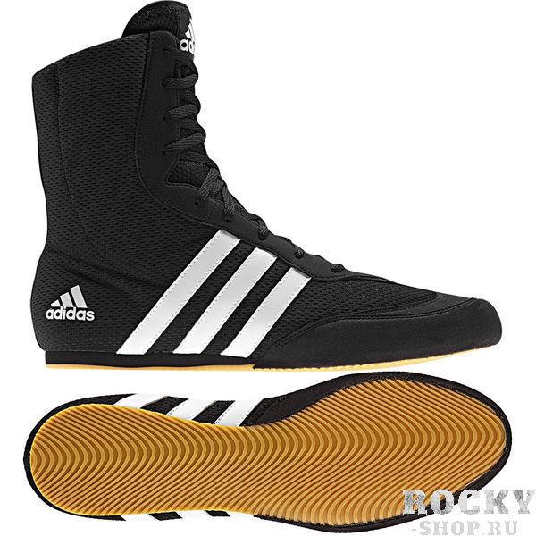 Детские боксерки Box Hog 2, черные AdidasДля бокса<br>Боксерки Box Hog 2 черныеБоксерки ADIDAS BOX HOG 2 это невероятно легкая боксерская обувь для бойцов всех уровней квалификации. Верх выполнен из легкого, сетчатого нейлона и имеет жесткий носок из прочного синтетического материала, который защищает пальцы ног и увеличивает срок службы боксерок. Боксерки имеют дизайн с завышенной, до 20,3 см голенью, благодаря чему обеспечивается поддержка лодыжки и фиксация голеностопных мышц. Симметричная шнуровка создает более плотную и комфортную посадку боксерок на ноге и дополнительную устойчивость. V-образные вырезы, разделяющие зону шнуровки, увеличивают гибкость боксерок и позволяют легче сгибать ноги. Легкая внутренняя стелька Die-cut EVA обеспечивает великолепную амортизацию и создает равномерное распределение нагрузок по поверхности подошвы ступни. Жесткий задник надежно фиксирует пятку и голеностопный сустав, препятствуя вывиху стопы при динамичном движении. Каучуковая подошва имеет нескользящий рисунок протектора и обеспечивает надежное сцепление с поверхностью ринга, позволяя боксеру уверенно передвигаться с молниеносной скоростью.<br><br>Размер: 38.5 [UK 6.5]