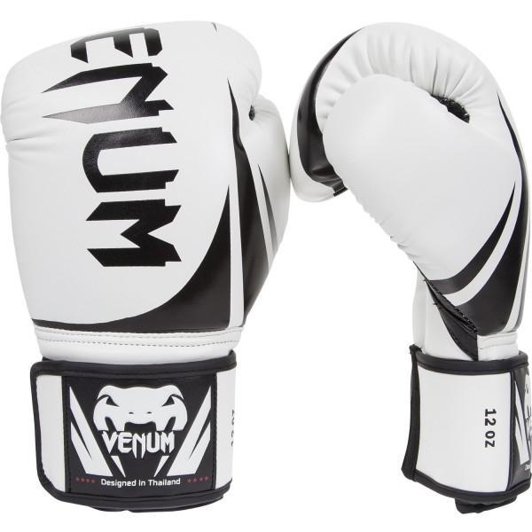 Перчатки боксерские Venum Challenger White, 12 унций VenumБоксерские перчатки<br>Перчатки боксерские Venum Challenger White - доступные, но без ущерба качеству, боксерские перчатки Venum Challenger 2. 0, разработанные в Тайланде - идеальный выбор для обучения ударной технике!Благодаря тройному слою пены и широкому ремню, достигается оптимальная степень защиты. Состоят из премиумной полиуретановой кожи (PU) - очень прочные и по отличной цене!Особенности:Из высококачественнойсинтетической кожиТройная плотность пены, для лучшей защиты. 100% полное прилегание большого пальца. Большая упругая липучка для лучшей фиксацииРельефный логотип VenumСделано в Тайланде<br>