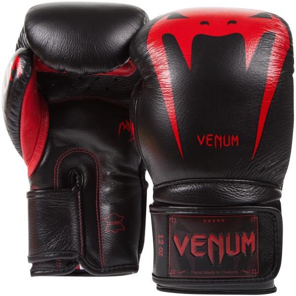 Перчатки боксерские Venum Giant 3.0 Red Devil Nappa Leather, 16 унций VenumБоксерские перчатки<br>Максимальная ударная мощь, непревзойденные защита и комфорт, боксерские перчаткиVenum Giant 3. 0 Red Devil Nappa Leather - идеальное орудие для тренировок. Почему они? Потому что Вы достойны самого лучшего. Команда компании Venum подходила к их разработке и созданию со всей тщательностью. Сшиты в Тайланде вручную из 100% натуральной кожи наппа. Внутри находится трехслойная пена высокой плотности, специально для того, чтобы минимизировать риск получения травмы. Их анатомическая форма идеально облегает кулак. Дополнительный слой пены сверху увеличивает процент поглощения ударной силы и оставляет запястья в безопасности. Гладкая внутренняя подкладка быстро высыхает, а также впитывает влагу, что повышает комфорт и снижает риск возникновения неприятного запаха. Широкая манжета на липучке обеспечивает надежную фиксацию руки в перчатках. Перчатки Venum Giant 3 помогут проявить Вам самые лучшие боевые качества. Каждый удар будет оставлять неизгладимое впечатление от ощущения комфорта и безопасноти. Особенности:- 100% натуральная кожа наппа- трехслойная высокоплотная пена- широкая манжета на липучке- защита большого пальца- подкладка, впитывающая влагу- Тайланд, ручная работа<br>