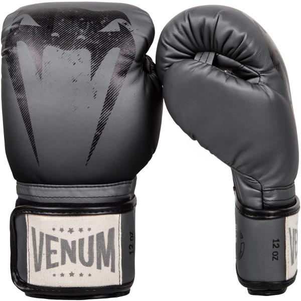 Перчатки боксерские Venum Giant Sparring Grey, 12 унций VenumБоксерские перчатки<br>Перчатки боксерские Venum Giant Sparring Grey созданы с оттенком винтажного классического стиля - единственные в своем роде. Доработаны для увеличения степени защиты рук, в особенности фаланг пальцев. Многослойная высокоплотная пена гарантирует равномерное поглощение удара. Манжета на липучке гарантирует твердую поддержку запястья, предотвращая любые повреждения во время боя. Эти перчатки в своих тренировках использует мировая звезда муай-тайSitthichai Sitsongpeenong - номер 1 в рейтинге Glory в легком весе. С кем бы Вы не тренировались, безопасность при любых ударах обеспечена. Высокое качество кожи Semi продлевает их срок службы в сравнении с обычными материалами. Особенности:- высокоплотная многослойная пена- защита большого пальца- ручная работа, Тайланд<br>