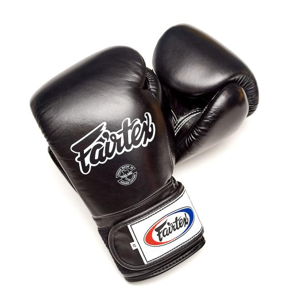 Детские перчатки тренировочные на липучке Fairtex, 8 oz FairtexДля бокса<br>Перчатки BGV1 - универсальные модель, которая идеально подходит для Кикбоксинга, Бокса и Муай Тай. Прекрасно подойдут для тренировочных спаррингов, выступления на соревнованиях, работы на мешках и на лапах. Перчатки ручной работы, выполнены из натуральной кожи. Обладают хорошей амортизацией ударов за счет внутреннего наполнения пеной. Производство: Таиланд. Цвет: синий, красный, черный. Материал: кожа. Размер: 8 oz<br><br>Цвет: Черный