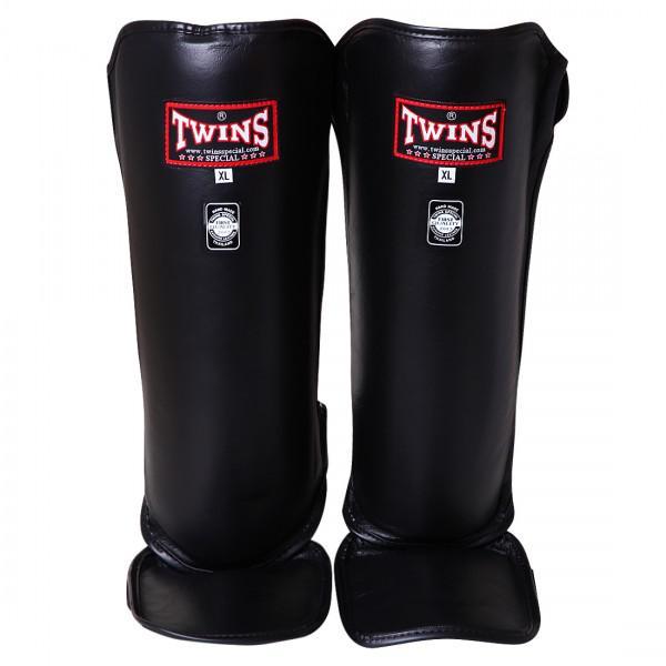 Детские защита голени, Размер S Twins SpecialДля тайского бокса<br>Защита на голень SGL-3Twins SGL-3 — это защита на голень, способная обеспечить надежную сохранность ноги во в ходе даже самого интенсивного тренировочного боя. Ее производят из износостойкой воловьей кожи высокого качества. А изготавливают индивидуально, безупречно соединяя все составляющие защиты:оболочку из прошедшей специальную обработку кожи;пенный наполнитель, обладающий превосходными амортизирующими свойствами;двойные застежки липучки, с помощью которых можно надежно закрепить защиту на ногах спортсмена. Для того, чтобы защиту можно было использовать не исключительно на тренировках, но и в соревновательных поединках, она, как правило, имеет разрешенный для них черный, красный, синий цвет. Кстати, с помощью Twins SGL-3 можно защитить не исключительно голень, но и голеностоп. Купив данную модель, можно наносить сильные удары ногами, ставить блоки, не боясь получить травмы. Застежка-липучка позволяет безупречно кастомизировать защиту под ногу, в зависимости от толщины ее икр, индивидуальных особенностей строения ноги каждого конкретного человека, увлекающегося тайским боксом. Защита Twins SGL-3 имеет эргономичную форму, за счет этого она не сковывает движения и не создает дискомфорта, отвлекающего от боя. У нее оптимальный вес, который фактически не ощущается спортсменом. Все это в комплексе нередко создает впечатление, что на ногах ничего нет. В зависимости от размера ноги существуют защита S, M, L, XL размеров. В интернет-магазине боксерской экипировки «Рокки» постоянно есть в наличии оригинальная защита Twins SGL-3, произведенная на заводе в Таиланде с соблюдением всех требований по качеству. Стоит также отметить, что у нас самые привлекательные цены среди магазинов, продающих подобную продукцию. Это обеспечивается за счет продолжительного сотрудничества с производителем и отлаженной логистики. Минимальная наценка и личная гарантия — еще одна особенность магазина «Рокки». <br> Подходят для испо