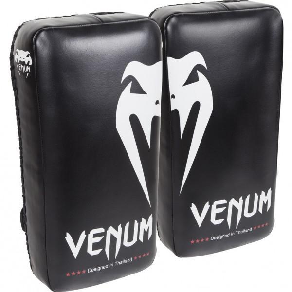 Пэды Venum Giant Kick Pads (пара) VenumЛапы и макивары<br>Пэды Venum Giant Kick Pads - важный тренировочный инструмент для всех направлений и стилей. Оснащены застежками на липучках, фиксирующими предплечья для максимального комфорта при ударном сопротивлении. Многослойная пена высокой плотности помогает поглощать мощные удары ногами, коленями и руками во время тренировок. Сделаны из премиум кожи Skintex. Оснащены усиленными швами. Разработаны в Тайланде.<br>