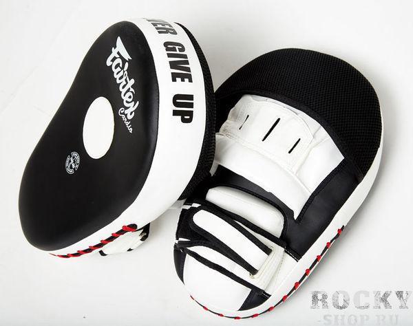 Лапы боксерские Fairtex CARDIO FairtexЛапы и макивары<br>FMV13 Лапы Fairtex CARDIO.Облегченная модель 2016 года. Максимально удобны для комбинированной работы руками и ногами.Ручная сборка.Страна производитель Таиланд.Материал - Микрофибра ('Micro Fiber').Наполнитель - 4 слоя пены, дополнительная подкладка под кисть и шарик под ладонь.Увеличенный размер ударной поверхности (Ширина - 21см, Длина - 31см).Доступные цвета - Черный с белыми встаками<br>