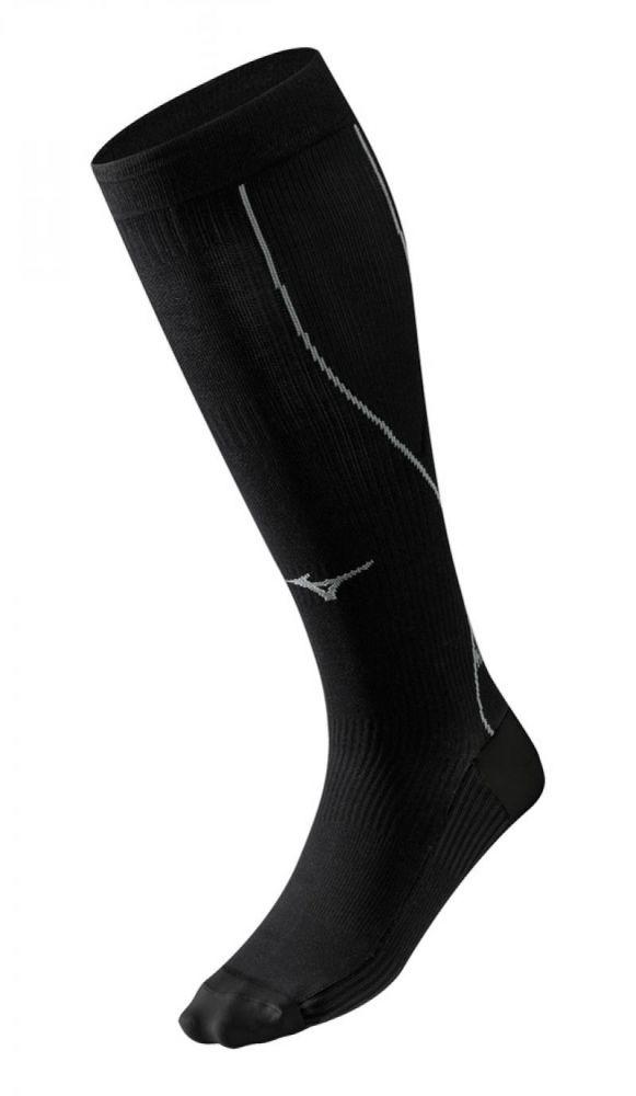 MIZUNO J2GX5A101 90 COMPRESSION SOCK Носки (1 пара) MizunoКомпрессионные штаны / шорты<br>Компрессионные носки MIZUNO J2GX5A101 90 COMPRESSION SOCK MIZUNO COMPRESSION SOCK – компрессионные носки для стабилизации икроножной зоны при беге. Отличительной особенностью данной модели, является комбинация высокотехнологичных эластичных материалов различной плотности, обеспечивающих поддержку свода стопы. Специальная «гладкая» вязка разработана для минимизации трения при беге и эффективно препятствует появлению с натёртостей на коже. Высокие технологии ткани обеспечивают правильный уровень давления на поверхность определенных частей тела, тем самым увеличивая приток кислорода к мышцам и улучшая кровообращение. Улучшение кровообращения способствует выведению молочной кислоты и других метаболических отходов, накопленных во время интенсивной тренировки. Ношение после тренировки помогает уменьшить время естественного процесса восстановления организма. Легкая компрессия суставов и комфортный климат для ног позволяют профессионалам улучшать свои результаты, а любителям минимизировать травмы. Технологии:•Mizuno DryLite. Благодаря технологии Mizuno DryLite ткань эффективно выводит влагу и создает микроклимат, оптимальный для высокой производительности. •Biogear. Особая компрессионная ткань сокращает вибрацию мышц во время интенсивной нагрузки и тем самым поддерживает их, а также снижает мышечную усталость. •Амортизирующие вставки служат для защиты ног во время бега.<br><br>Размер INT: M