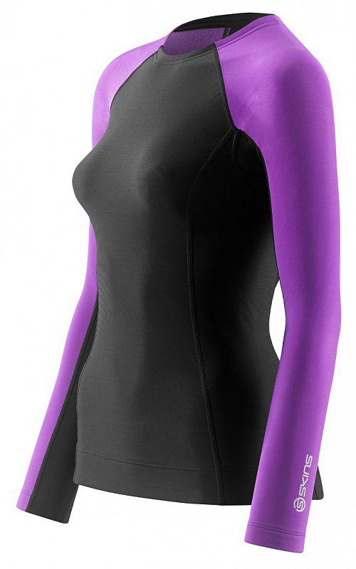 SKINS B61134068 BIO A200 WOMENS THERMAL L/S TOP Футболка (черный/фиолетовый) SkinsКомпрессионные штаны / шорты<br>Не&amp;nbsp;позволяйте погоде отменить вашу тренировку! Комбинируя научно доказанную компрессионную технологию SKINS c&amp;nbsp;термо-свойствами ткани, эта футболка с&amp;nbsp;длинным рукавом обеспечит вам продолжительные продуктивные тренировки даже в&amp;nbsp;прохладную погоду. Улучшенное кровообращение означает, что лактат в&amp;nbsp;крови перерабатывается более эффективно. Специально разработанная градиентная компрессия SKINS поддерживает мышцы наилучшим образом, уменьшает их&amp;nbsp;вибрацию и&amp;nbsp;снижает риск получения травмы. Вся одежда серии A200 Thermal SKINS изготовлена из&amp;nbsp;современной технологичной ткани, сохраняющей тепло в&amp;nbsp;холодных условиях, но&amp;nbsp;при этом не&amp;nbsp;позволяющей телу перегреваться. Оптимальное соотношение волокон нейлона и&amp;nbsp;эластана обеспечивают отличное сопротивление к&amp;nbsp;истиранию и&amp;nbsp;пиллингу, трикотажная структура полотна обладает необходимой воздухопроницаемостью и&amp;nbsp;приятной для кожи фактурой. Флисовая внутренняя сторона сохраняет тепло при низких температурах. Использование волокон эластана обеспечивает отличные свойства к&amp;nbsp;растяжению и&amp;nbsp;сжатию для оптимальной компрессии без ущерба движений. Технологичная термо-ткань поддерживает оптимальную температуру для работы мышц не&amp;nbsp;зависимо от&amp;nbsp;погодных условий. Анатомический крой и&amp;nbsp;эластичные свойства материала обеспечивают отличную посадку на&amp;nbsp;фигуре и&amp;nbsp;не&amp;nbsp;ограничивают движения. Оптимальная высота воротника. Рукав реглан хорошо облегает плечи и&amp;nbsp;руки, вставки из&amp;nbsp;сетки в&amp;nbsp;области подмышек обеспечивают дополнительную вентиляцию при высоких нагрузках. Силиконовая тесьма с&amp;nbsp;внутренней стороны удерживает нижний край и&amp;nbsp;не&amp;nbsp;позволяет футболке &amp;laquo;подниматься&amp;raquo;. Контрастный строчки подчеркивают л