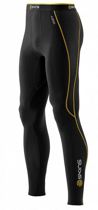 SKINS B60052111 A200 MENS THERMAL LONG TIGHTS Тайтсы (черный/желтый) SkinsКомпрессионные штаны / шорты<br>Комбинируя научно доказанную компрессионную технологию SKINS c&amp;nbsp;термо-свойствами ткани, эти тайтсы помогут вашим ногам работать лучше и&amp;nbsp;дольше. Улучшенное кровообращение означает, что лактат в&amp;nbsp;крови перерабатывается более эффективно. Специально разработанная градиентная компрессия SKINS поддерживает мышцы наилучшим образом, уменьшает их&amp;nbsp;вибрацию и&amp;nbsp;снижает риск получения травмы. Вся одежда серии A200 Thermal SKINS изготовлена из&amp;nbsp;современной технологичной ткани, сохраняющей тепло в&amp;nbsp;холодных условиях, но&amp;nbsp;при этом не&amp;nbsp;позволяющей телу перегреваться. Оптимальное соотношение волокон нейлона и&amp;nbsp;эластана обеспечивают отличное сопротивление к&amp;nbsp;истиранию и&amp;nbsp;пиллингу, трикотажная структура полотна обладает необходимой воздухопроницаемостью и&amp;nbsp;приятной для кожи фактурой. Флисовая внутренняя сторона сохраняет тепло при низких температурах. Использование волокон эластана обеспечивает отличные свойства к&amp;nbsp;растяжению и&amp;nbsp;сжатию для оптимальной компрессии без ущерба движений. Технологичная термо-ткань поддерживает оптимальную температуру для работы мышц не&amp;nbsp;зависимо от&amp;nbsp;погодных условий. Анатомический крой и&amp;nbsp;эластичные свойства материала обеспечивают отличную посадку на&amp;nbsp;фигуре и&amp;nbsp;не&amp;nbsp;ограничивают движения. В&amp;nbsp;длинных термо-тайтсах SKINS A200 используется профилированные внутренние швы, предотвращающие излишнее трение в&amp;nbsp;области коленей, вставка специальной формы для комфорта паховой области. Нижний край обработан надежным эластичным швом зиг-заг. &amp;nbsp;Предусмотрен маленький внутренний карман для ключей. Являетесь&amp;nbsp;ли вы&amp;nbsp;спортсменом или активным туристом, теперь холодная погода не&amp;nbsp;остановит вас в&amp;nbsp;пути.<br><br>Размер INT: XL