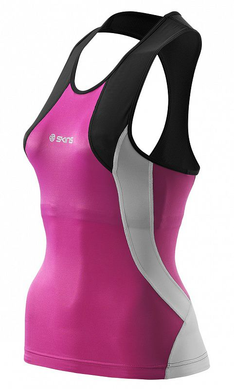 Skins t49085051 tri 400 womens racer back top топ (черный/розовый) SkinsКомпрессионные штаны / шорты<br>Серия SKINS TRI400 пошита на&amp;nbsp;основе технологии &amp;laquo;400Fit&amp;raquo; для более комфортных ощущений пока вы&amp;nbsp;плывёте, едите на&amp;nbsp;велосипеде или плывёте. Динамическая градиентная компрессия помогает ускорять Ваш кровоток, чтобы обеспечить Ваши активные мышцы большим количеством кислорода. Швы &amp;laquo;Flatlock&amp;raquo; гарантируют уменьшение лобового сопротивления в&amp;nbsp;воде, оптимальную компрессию, посадку, поддержку мышц и&amp;nbsp;комфорт. Плавание: Панели ткани TRI400 расположены так чтобы уменьшить сопротивления воды, тем самым улучшая ваши показатели в&amp;nbsp;воде. Велосипед: Ультралегкая вставка TRI400 Elastic Interface&amp;reg; специально разработана для триатлетов, которым необходим максимальный комфорт и&amp;nbsp;производительность. Бег: Панели имеющие в&amp;nbsp;составе карбон располагаются между бёдрами, тем самым уменьшают трение, делают бег более комфортным и&amp;nbsp;уменьшает трудозатраты во&amp;nbsp;время заключительного этапа гонки.<br><br>Размер INT: L