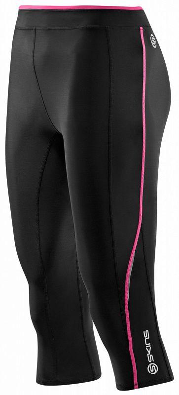 SKINS B61063008 A200 WOMENS 3/4 TIGHTS Тайтсы (черный/розовый) SkinsКомпрессионные штаны / шорты<br>Неважно, какой вид спорта вы выбрали, компрессионные длинные тайтсы SKINS A200 стимулируют кровообращение и доставляют больше кислорода к мышцам, таким образом, вы будете тренироваться лучше и дольше. Улучшенное кровообращение также означает, что лактат в крови перерабатывается более эффективно и предохраняет от болезненных ощущений в мышцах. Градиентная компрессия SKINS поддерживает мышцы наилучшим образом, уменьшает их вибрацию и снижает риск получения травмы. Превосходные свойства отведения влаги способствуют испаряющему охлаждению, которое поддерживает температуру тела наиболее стабильной. Материалы SKINS A200 гарантируют ультрафиолетовую защиту 50&amp;#43; &amp;#40;за исключением вставок из сетки&amp;#41;, обладают антибактериальными и дышащими свойствами. Даже если вы не занимаетесь профессиональным спортом, вы обязательно почувствуете преимущества SKINS, компрессионная технология которых научно доказана. Анатомический крой и эластичные свойства материала обеспечивают идеальную посадку на фигуре. Место расположение внутренних швов предотвращает излишнее трение в области бедер и коленей. Компрессионные тайтсы SKINS A200 дополнены внутренним карманом для ключей. Линии швов удачно подчеркивают форму ног. Объем по талии можно регулировать с помощью внутреннего эластичного шнура. Деликатные светоотражающие детали и принты подчеркивают спортивный стиль. Предлагаются различные цвета.<br><br>Размер INT: XS