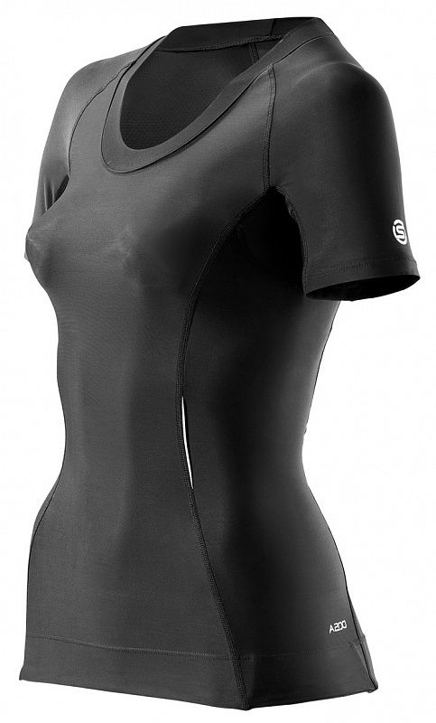 Женская компрессионная футболка Skins a200 с коротким рукавом, Черная SkinsФутболки<br>Компрессионная футболка для бега и&amp;nbsp;других видов легкой атлетики. Новая женская компрессионная майка SKINS серии А200, несомненно, станет неотъемлемой частью вашего спортивного гардероба. Получить такую фигуру, которую вы&amp;nbsp;всегда хотели, теперь стало легче с&amp;nbsp;научно протестированной спортивной одеждой SKINS&amp;nbsp;&amp;mdash; просто наденьте женскую компрессионную майку А200. Доступные в&amp;nbsp;широком размерном диапазоне и&amp;nbsp;цветах, трендовых в&amp;nbsp;этом сезоне, она подчеркнет все достоинства вашего тела. Наша уникальная научно протестированная градиентная компрессия улучшает циркуляцию крови и&amp;nbsp;увеличивает доступ кислорода к&amp;nbsp;мышцам, помогая вам во&amp;nbsp;время и&amp;nbsp;после тренировок, независимо от&amp;nbsp;вашего вида спорта. Мы&amp;nbsp;знаем, что форма важна так&amp;nbsp;же, как и&amp;nbsp;функциональность, поэтому мы&amp;nbsp;изменили швы на&amp;nbsp;одежде серии А200, чтобы создать более утонченный силуэт и&amp;nbsp;добавили участок с&amp;nbsp;сеточкой, чтобы сделать ваше декольте более женственным. Женская компрессионная майка А200 также имеет подмышечную вентиляцию и&amp;nbsp;силиконовое покрытие на&amp;nbsp;кромке, чтобы не&amp;nbsp;позволять майке задираться вверх. Состав: 76% полиамид, 24% эластан.<br><br>Размер INT: M