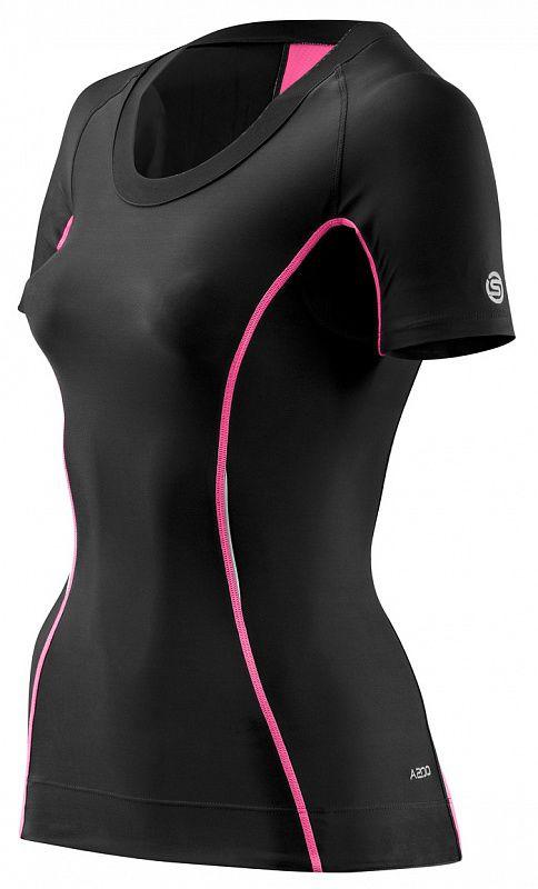 SKINS B61063004 A200 WOMENS TOP SHORT SLEEVE Футболка (черный/розовый) SkinsКомпрессионные штаны / шорты<br>Женское компрессионное белье (футболка с&amp;nbsp;коротким рукавом) Skins. 76% нейлон / 24% спандексВысокотехнологичное компрессионное белье Skins обеспечивает правильный уровень давления на&amp;nbsp;поверхность определенных частей тела тем самым увеличивая приток кислорода к&amp;nbsp;мышцам и&amp;nbsp;улучшая кровообращение. Улучшение кровообращения также способствует выведению молочной кислоты и&amp;nbsp;других метаболических отходов накапливаемых во&amp;nbsp;время интенсивной тренировки или при активном времяпрепровождении на&amp;nbsp;открытом воздухе. Отличные влаговыводящие свойства ткани сохранят тело сухим. Ткань обладает защитой от&amp;nbsp;ультрафиолетовых лучей 50+. Уникальный способ поддержки ключевых групп мышц:Меньше вибрации мышцМенее подвержены повреждениям мягкие тканиСнижение риска развития мышечных травм во&amp;nbsp;время усталости<br><br>Размер INT: XL