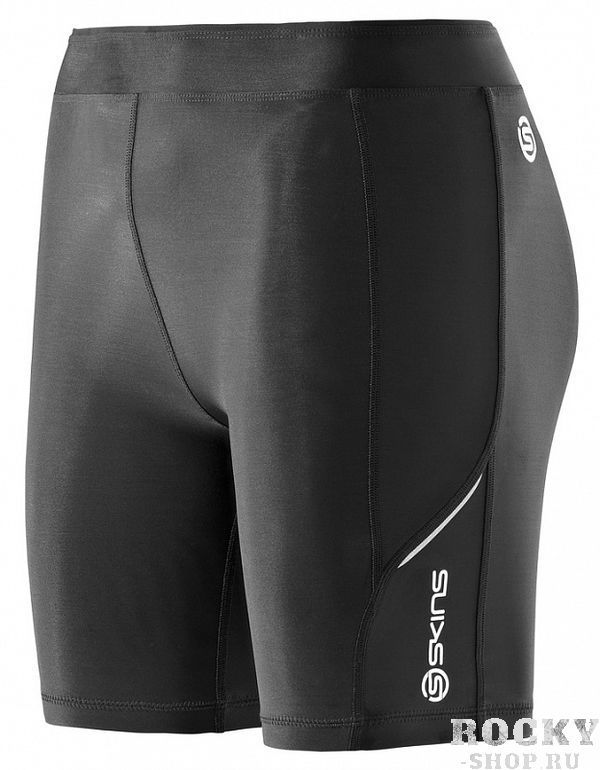 SKINS B61033009 A200 WOMENS SHORTS Шорты (черный) SkinsКомпрессионные штаны / шорты<br>Теперь тренироваться стало еще проще с&amp;nbsp;помощью экипировки SKINS! Градиентная компрессия SKINS поддерживает мышцы наилучшим образом, уменьшает их&amp;nbsp;вибрацию и&amp;nbsp;снижает риск получения травмы. Превосходные свойства отведения влаги способствуют испаряющему охлаждению, которое поддерживает температуру тела наиболее стабильной. Материалы SKINS A200 гарантируют ультрафиолетовую защиту 50+ (за&amp;nbsp;исключением вставок из&amp;nbsp;сетки), обладают антибактериальными и&amp;nbsp;дышащими свойствами. Анатомический крой и&amp;nbsp;эластичные свойста материала обеспечивают идеальную посадку на&amp;nbsp;фигуре. Компрессионные шорты SKINS A200 дополнены внутренним карманом для ключей. Объем по&amp;nbsp;талии можно регулировать с&amp;nbsp;помощью внутреннего эластичного шнура. Деликатные светоотражающие детали и&amp;nbsp;принты подчеркивают спортивный стиль.<br><br>Размер INT: XL