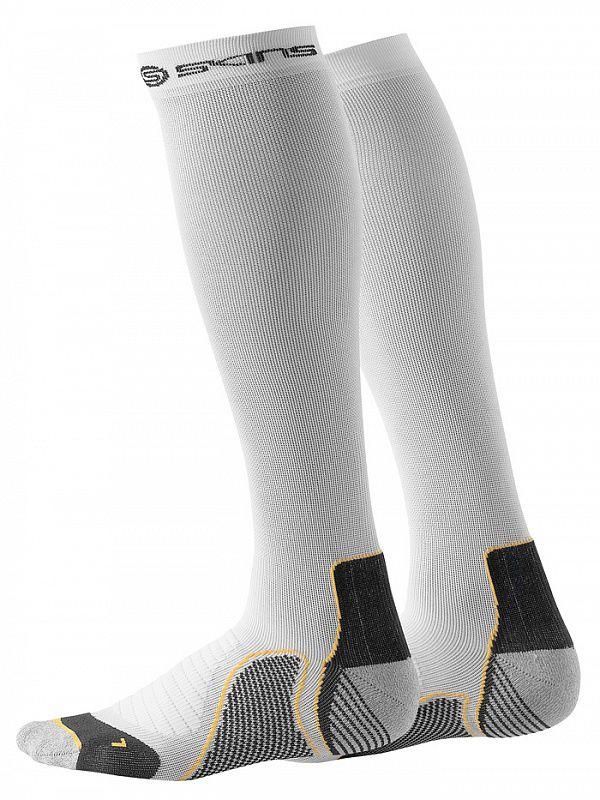 SKINS B59005933 ACTIVE COMPRESSION SOCKS Носки компрессионные (белый) SkinsКомпрессионные штаны / шорты<br>Высокотехнологичное компрессионное белье Skins обеспечивает правильный уровень давления на&amp;nbsp;поверхность определенных частей тела тем самым увеличивая приток кислорода к&amp;nbsp;мышцам и&amp;nbsp;улучшая кровообращение. Улучшение кровообращения также способствует выведению молочной кислоты и&amp;nbsp;других метаболических отходов, накапливаемых во&amp;nbsp;время интенсивной тренировки или при активном времяпрепровождении на&amp;nbsp;открытом воздухе. Компрессия вокруг лодыжки выше и&amp;nbsp;постепенно становится ниже, как показано на&amp;nbsp;рисунке. Такое проектирование компрессии позволяет увеличить приток крови обратно к&amp;nbsp;сердцу. В&amp;nbsp;отличие от&amp;nbsp;обычных спортивных гольф, компрессионные носки для тренировок SKINS с&amp;nbsp;градиентной компрессией максимально увеличивают вашу результативность в&amp;nbsp;любом виде спорта, в&amp;nbsp;котором большая нагрузка идет на&amp;nbsp;ваши ноги. Технология градиентной компрессии SKINS предполагает целенаправленную поддержку икроножной мышцы и&amp;nbsp;увеличивает циркуляцию крови и&amp;nbsp;доступ кислорода к&amp;nbsp;активным мышцам. Ускорение кровообращения предотвращает накапливание молочной кислоты, позволяя вам тренироваться дольше, а&amp;nbsp;восстанавливаться быстрее. Технология градиентной компрессии SKINS специально разработана для увеличения кровообращения и&amp;nbsp;доступа кислорода к&amp;nbsp;работающим мышцам, позволяя вам тренироваться эффективней и&amp;nbsp;достигать лучших результатов. Целенаправленная поддержка мышц SKINS также помогает предотвратить мышечные вибрации и&amp;nbsp;колебания во&amp;nbsp;время тренировки, уменьшая риск повреждения и&amp;nbsp;позволяя вам восстанавливаться быстрее. В&amp;nbsp;спортивной одежде SKINS используется уникальная ткань, профилированные швы и&amp;nbsp;превосходная конструкция, предоставляющая вам огромные преимущества, непревзойденн