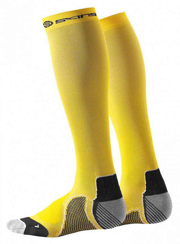Компрессионные носки Skins active compression, желтые SkinsКомпрессионные штаны / шорты<br>Компрессионные носки SKINS B59110933 ACTIVE COMPRESSION SOCKSВся линия одежды Skins обеспечивает оптимальный уровень компрессии на определённые участки тела, улучшает циркуляцию крови, повышая силу, скорость и выносливость независимо от вида спорта. Компрессионные носки серии Recovery Compression изготовлены специально для спортсменов, основываясь на опыте профессиональных атлетов, предназначены для бега и фитнеса и выполнены из устойчивой к деформации ткани, обеспечивающей высокий уровень компрессии и поддержки, но все же позволяющей мышцам функционировать естественно. Благодаря анатомической вязке, учитывающей особенности строения стоп, и разделению на правый и левый достигается отличная посадка. Легкая амортизация защищает стопу во время бега, распределяет и поглощает ударную нагрузку. Высокотехнологичная ткань отводит влагу от поверхности кожи, помогая регулировать температуру, в то время как UPF 50 + обеспечивает защиту от солнца. Плоский шов на большом пальце минимизирует давление и дискомфортные ощущения. Компрессионные носки помогают быстрей восстановиться после тренировок или соревнований, отлично подойдут для повседневного ношения с целью профилактики отеков, усталости и развития заболеваний вен. Технологии:•UV protection 50+. УФ защита 50+. Родина бренда - солнечная Австралия, поэтому вся продукция разработана с усиленной защитой от ультрафиолетового излучения&amp;nbsp;(коэффициент UV 50+), благодаря чему не придется заботиться о рисках воздействия солнечных лучей на кожу и позволит сосредоточиться на тренировке. •Engineered Gradient Compression. Динамический градиент сжатия. Разные уровни сжатия, которые увеличивают приток кислорода к активным мышцам во время фазы движения, сокращают образование молочной кислоты и других метаболических отходов и, следовательно, повышают производительность, позволяя сократить время восстановления и отдыха. •Moisture Managment. Управ