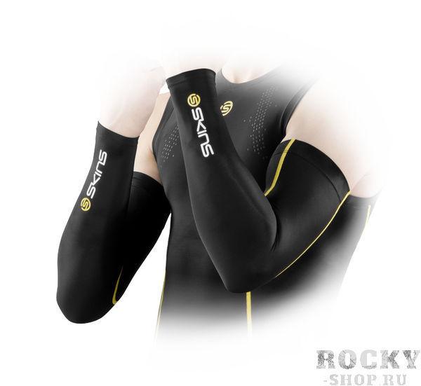 Компрессионные рукава Skins bioacc essentials sleeves  SkinsРашгарды<br>Компрессионные рукава SKINS &amp;laquo;Compression sleeves&amp;raquo; заряжают вас на&amp;nbsp;максимальный результат. Градиентная компрессия ускоряет Ваш кровоток, доставляя больше кислорода Вашим работающим мышцам. Поддержка, сфокусированная на&amp;nbsp;Вашем бицепсе, трицепсе и&amp;nbsp;предплечье улучшает Вашу проприоцепцию. С&amp;nbsp;технологиями &amp;laquo;400Fit&amp;raquo; и&amp;nbsp;градиентной компрессией, почувствуете больше сил и&amp;nbsp;меньшую усталость мышц после занятий спортом. Анатомический покрой для левой и&amp;nbsp;правой руки обеспечивает комфортную посадку, делающий их&amp;nbsp;подходящими для использования в&amp;nbsp;любом спорте. Технология &amp;laquo;быстрой сушки&amp;raquo; выводит влагу от&amp;nbsp;поверхности кожи, помогая регулировать Вашу температуру, в&amp;nbsp;то&amp;nbsp;время как UPF 50 + обеспечивает защиту от&amp;nbsp;солнца.     <br>История марки Skins начинается в 1996 году, основным направлением развития была выбрана спортивная компрессионная одежда и термобелье. Около пяти лет велись разработки и исследование совместно с инженерами NASA, учеными, докторами медицинских наук и профессиональными спортсменами. Результатом сотрудничества стала коллекция, ни на что не похожей, очень тонкой и мягкой компрессионной одежды. Совместить не совместимое позволили специально разработанные компрессионные материалы с увеличенной эластичностью. Материал минимальной толщины идеально облегает тело и при этом не теряет компрессионного давления. Skins – первая компания которая провела научные исследования и доказала, что спортивная одежда с компрессией действительно позволяет мышцам работать более эффективно и восстанавливаться быстрее.<br><br>Размер INT: M