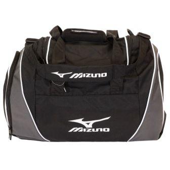 MIZUNO PR351 90 TEAM HOLDALL MEDIUM Сумка MizunoСпортивные сумки и рюкзаки<br>Cумка MIZUNO PR351 90 Medium среднего размера, достаточно вместительная и функциональная.Ручка сделана из материала-неопрен.Двойной карман для более удобного открывания и доступа в основное (главное) отделение сумки.Улучшенная вентиляция.Сумка водонепроницаема и очень удобна в использовании.Материал: 100% полиэстрВес: 750 грамм.Размер: L61 Х W28 Х H32 см.<br>