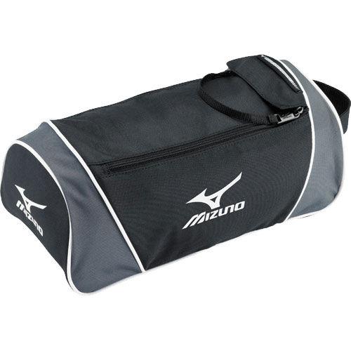 MIZUNO PR355 90 TEAM SHOE BAG Сумка для обуви MizunoСпортивные сумки и рюкзаки<br>Сумка MIZUNO Team Shoe Bag PR355 90 обувная из командной коллекции 2013 года.Двойная молния. Удобная ручка.Состав: 600d полиэстер.Размер: 18 37 22,5 см.<br>