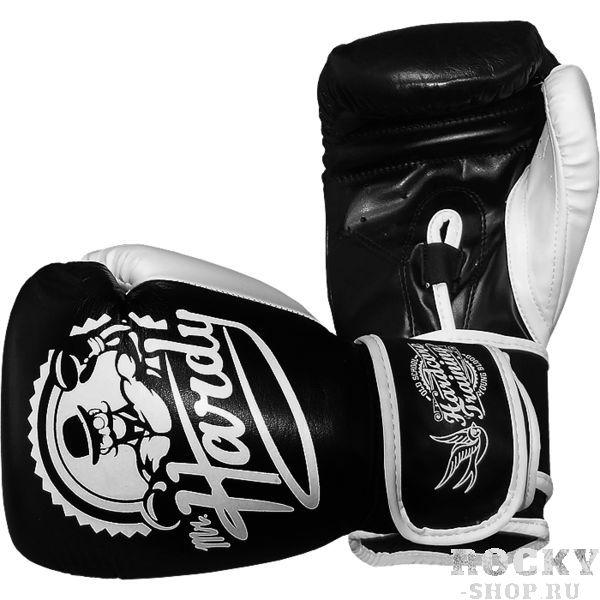 Перчатки Hardcore Training 14 Oz, 14 oz Hardcore TrainingБоксерские перчатки<br>Боксерские перчатки Hardcore Training Mr. Hardy White. Долгожданная рабочая лошадка для боксёрских залов самого различного уровня. Лучшее соотношение цена/качество! Система фиксации руки гарантирует прекрасное выравнивание руки/запястья. Её конструкция состоит из двойного ремня-липучки. Один из этих ремней выполнен на тянущейся основе. За счёт этого фактора манжеты можно идеально подогнать под ширину вашего предплечия/запястия. Ширина внешней манжеты - 7. 5 см. Такая комбинация исключает риск подворота кулака. Внутри перчатки наполнены анатомической пеной, которая хорошо гасит вибрацию от ударов и тем самым защищает руки от травм. Её поглощающие свойства рассчитаны на безопасное использование не только в спаррингах, но и на снарядах. Ударная часть перчаток выполнена из натуральной кожи. В комплект боксерских перчаток Hardcore Training входит небольшой мешок для хранения.<br>
