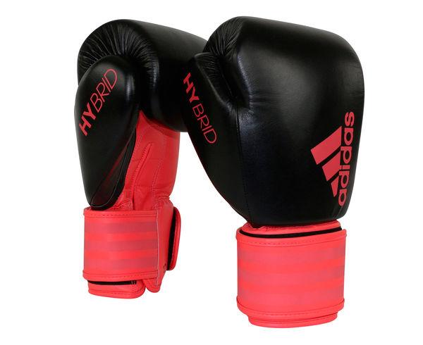 Перчатки боксерские Hybrid 200 Dynamic Fit черно-красные, 10 унций AdidasБоксерские перчатки<br>Adidas Hybrid 200 Dinamic Fit ультрановая серия боксерских перчаток. Они изготовлены из натуральной кожи высокого качества. Перчатки сделана из композитного блока с интегрированным вспененным слоем, придающего перчатке уникальные амортизирующие характеристики. А его эргономичная форма обеспечивает боксеру невероятно удобную посадку перчатки на руке и максимальную безопасность. Перчатка снабжена улучшенной системой липучки для плотной и точной фиксации боксерских перчаток. Крупный логотип adidas и яркая палитра цветов придает перчаткам оригинальный внешний вид. Новыйкомпозитный блокс интегрированным вспененным слоем. Натуральная кожа высокого качестваОригинальный дизайнИнновационная система закрытияМаксимальная безопасностьПрочная конструкция<br>