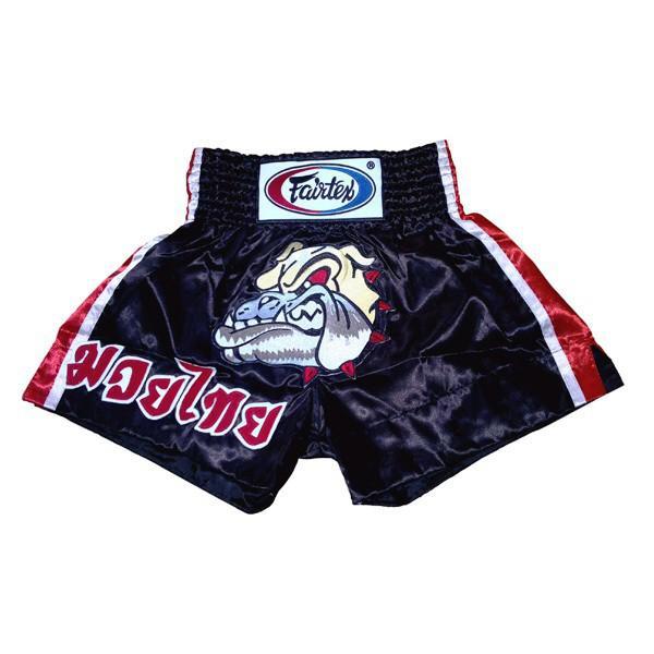 Шорты для тайского бокса Fairtex Bulldog FairtexШорты для тайского бокса/кикбоксинга<br>BS-095 Шорты Fairtex Bulldog-комфортные, стильные, удобные, немного агрессивные, за счет вышитого бульдога, шорты для тайского бокса. Они станут достойным украшением вашего спортивного гардероба. Материал - сатин, цвет черный. Детали:Ручная работа - Fairtex Thailand. Материал - сатинЦвет- черныйFairtex Original<br><br>Размер INT: S