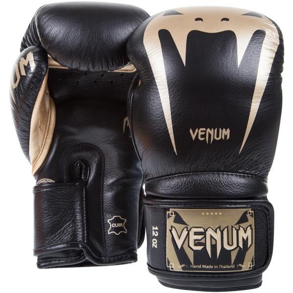Перчатки боксерские Venum Giant 3.0 Black/Gold Nappa Leather, 12 унций VenumБоксерские перчатки<br>Максимальная ударная мощь, непревзойденные защита и комфорт, боксерские перчаткиVenum Giant 3. 0 Black/Gold Nappa Leather - идеальное орудие для тренировок. Почему они? Потому что Вы достойны самого лучшего. Команда компании Venum подходила к их разработке и созданию со всей тщательностью. Сшиты в Тайланде вручную из 100% натуральной кожи наппа. Внутри находится трехслойная пена высокой плотности, специально для того, чтобы минимизировать риск получения травмы. Их анатомическая форма идеально облегает кулак. Дополнительный слой пены сверху увеличивает процент поглощения ударной силы и оставляет запястья в безопасности. Гладкая внутренняя подкладка быстро высыхает, а также впитывает влагу, что повышает комфорт и снижает риск возникновения неприятного запаха. Широкая манжета на липучке обеспечивает надежную фиксацию руки в перчатках. Перчатки Venum Giant 3 помогут проявить Вам самые лучшие боевые качества. Каждый удар будет оставлять неизгладимое впечатление от ощущения комфорта и безопасноти. Особенности:- 100% натуральная кожа наппа- трехслойная высокоплотная пена- широкая манжета на липучке- защита большого пальца- подкладка, впитывающая влагу- Тайланд, ручная работа<br>