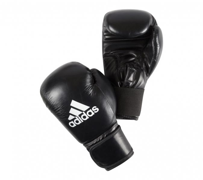 Перчатки боксерские Performer, 8 унций AdidasБоксерские перчатки<br>Материал - искусственная кожа<br> СистемаCLIMACOOLпротивостоит образованию лишней воды изнутри перчатки<br> Застёжка – липучка<br> Фиксированный палец<br> Удобная заводская упаковка –чехол<br><br>Цвет: сине-белые