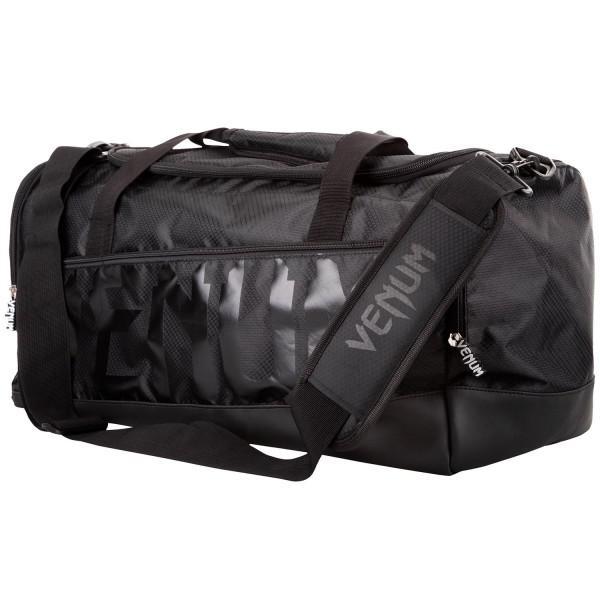Сумка Venum Sparring - Black VenumСпортивные сумки и рюкзаки<br>Сумка Venum Sparring - Black разработана для спортсменов всех направлений, желающих иметь вместительную, стильную и надежную сумку.Идеально подходит для большого количества экипировки.Особенности:- 100% полиэстер- главный отсек вмещает защиту голени и перчатки одновременно- отдельные боковые карманы- ручки и плечевой ремень- размеры 68 х 33 х26 см- сделано в Китае<br>