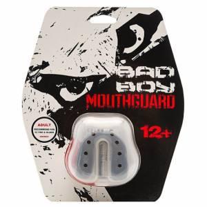 Капа Bad Boy Mouthguard Gel Black Bad BoyБоксерские капы<br>Капа Bad Boy Mouthguard Gel Black Одночелюстная капа предназначена для любых контактных видов спорта. Благодаря своей форме и материалу, легко варится и формируется на челюсти. Создает максимальную защиту . Не затрудняет дыхание. Подходит для спортсменов возрастом от 12 лет. В комплекте представлен чехол.Состав: гель, сверхпрочная резина.<br>
