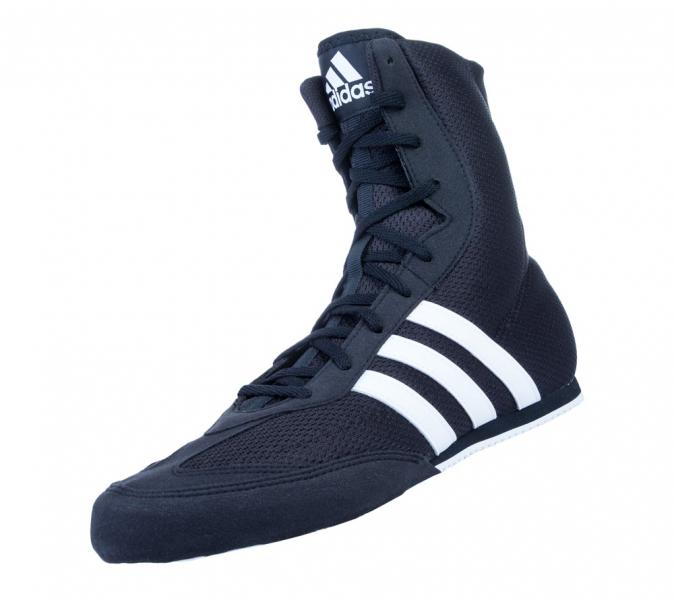 Боксерки Box Hog 2 черно-белые AdidasБоксерки<br>Боксерки adidas Box Hog 2 это невероятно легкая боксерская обувь для бойцов всех уровней квалификации. Верх выполнен из легкого, сетчатого нейлона и имеет жесткий носок из прочного синтетического материала, который защищает пальцы ног и увеличивает срок службы боксерок. Boxhog 2в сравнении с первой версией имеет более высокий верх на 1,5 см. , длина голенища 20,3 см. , благодаря чему обеспечивается поддержка лодыжки и фиксация голеностопных мышц. Симметричная шнуровка создает более плотную и комфортную посадку боксерок на ноге и дополнительную устойчивость. V-образные вырезы, разделяющие зону шнуровки, увеличивают гибкость боксерок и позволяют легче сгибать ноги. Легкая внутренняя стелька Die-cut EVA обеспечивает великолепную амортизацию и создает равномерное распределение нагрузок по поверхности подошвы ступни. Жесткий задник надежно фиксирует пятку и голеностопный сустав, препятствуя вывиху стопы при динамичном движении. Каучуковая подошва имеет нескользящий рисунок протектора и обеспечивает надежное сцепление с поверхностью ринга, позволяя боксеру уверенно передвигаться с молниеносной скоростью. Технология Сlimacool®Прочный верх из плотной дышащей сетки поддерживает комфортный микроклимат и отводит излишки тепла и влагиТекстильные три полоски для поддержки средней части стопы и лучшей устойчивостиНадежная система шнуровкиВысокое голенище для устойчивости стопыАмортизирующая вставка в пяточной зоне для снижения ударных нагрузокИзносостойкая подошва ADIWEAR™ для отличного сцепления с гладкой поверхностью рингаСостав: 100% полиэстр<br><br>Размер: 41 [UK 8.5]