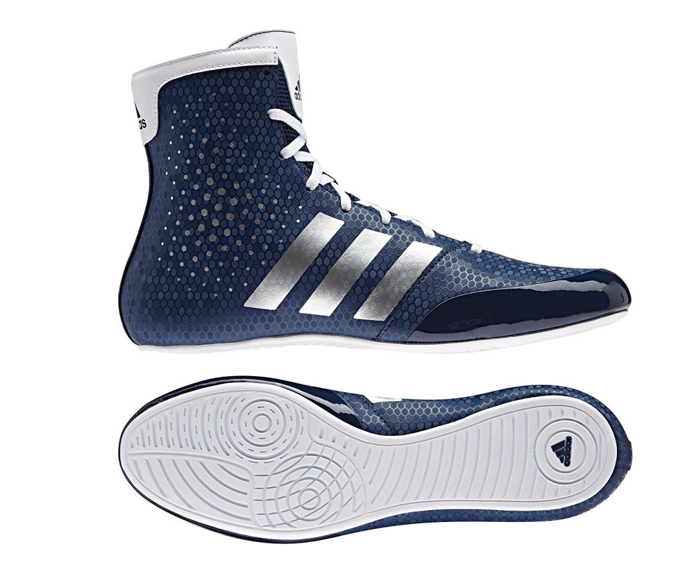 Детские боксерки KO Legend 16.2 сине-белые AdidasДля бокса<br>Боксерки ADIDAS KO Legend 16. 2 - отличается легкостью и комфортом. Гибкая, анатомически правильная конструкция боксерок, позволяет ноге с легкостью сгибаться, а так же способствует большей амплитуде движения ноги. Безопасная шнуровка по центру способствует плотной и удобной посадке боксерок на ноге.  Мягкая, внутренняя стелька и промежуточная подошва выполнены из легкого, упругого пеноматериала, который эффективно амортизирует ударную нагрузку, воздействующую на стопу и голеностопный сустав при активном передвижении по рингу. Цельная подошва с технологиейadiPRENE®+ в состав которой входитсверхупругий материал, который служит одной цели: создать максимальное усилие в области носка в момент отталкивания. Использование этой технологической разработки позволяет атлету значительно повысить скорость и эффективность выполнения движений. Состав: 100% синтетика. ТехнологияadiPRENE®+. Надежная система шнуровки. Стелька EVA, обеспечивает великолепную амортизацию и создает равномерное распределение нагрузок по поверхности подошвы ступни. Износостойкая подошва ADIWEAR™ для отличного сцепления с гладкой поверхностью ринга. Состав: 100% полиэстр<br><br>Размер: 39 [UK 7]