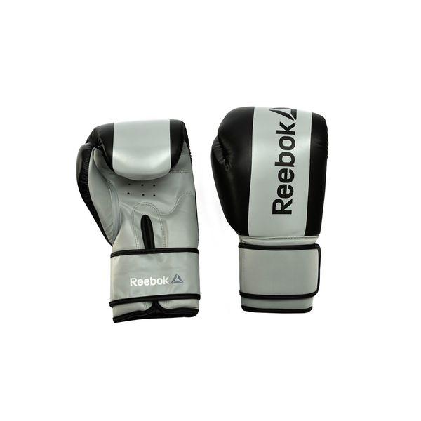 Перчатки боксерские Reebok Retail Boxing Gloves - Grey, 16 oz ReebokБоксерские перчатки<br>Спарринг в стиле Reebok. Эти современные боксерские перчатки из линии Reebok Combat сконструированытаким образом, чтобы снижать силу, ускорение и вибрацию удара, обеспечиваяполную защиту рукам. Надежные, прочные и долговечные эти перчатки предлагают необходимуюи достаточную защиту для работы с мешком, спарринга и любых других видов тренировок. Дышащие, с сетчатой вставкой на ладони и застежками Velcro®перчатки Reebok предлагают отличную фиксацию, их легко надевать иснимать. Являясь одними из самых легких, эти перчатки отлично подойдут дляновичков. Включая боксерские упражнения в программу интервальных тренировок (HIIT), Выполучаете целый ряд преимуществ: такие упражнения задействуют всё тело, аотработка движений ударов особенно эффективна для сжигания жира и преодолениястресса. Размеры:RSCB-11110PL 10 oz Boxing Gloves- PurpleRSCB-11112YL 12 oz Boxing Gloves - YellowRSCB-11114BK 14 oz Boxing Gloves - BlackRSCB-11116GR 16 oz Boxing Gloves – Grey<br>