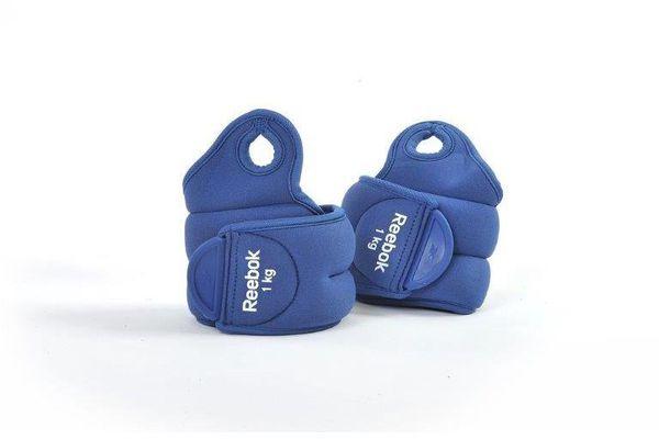 Утяжелители на запястья Reebok Elements 1 кг синие (пара) ReebokАксессуары для фитнеса<br>Сверхбыстрая застежка-липучка делает утяжелители комфортными ипрактичными. Форма утяжелителей разработана для максимального удобства, и всочетании с мягкостью материала позволяет выполнять руками обычные функции,будь то прибавлении громкости вашего iPod® или завязываниешнурков.<br>