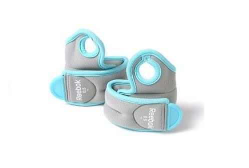 Утяжелители на запястья Reebok (2х0,5кг) ReebokАксессуары для фитнеса<br>Удобные, регулируемые и надежные, утяжелители для запястий Reebok, весом по 0. 5кг, выполнены в серо-голубых цветах, имеют эргономичное отверстие для большого пальца и легко фиксируются с помощью застежки-липучки. Во время ходьбы, пробежки или бега, утяжелители добавляют новое измерение Вашей тренировке, продвигая вас на новый уровень и помогая сжигать больше калорий.<br>
