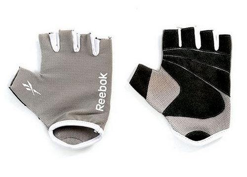 Перчатки для фитнеса Reebok ReebokПерчатки для фитнеса<br>Эти облегченные перчатки обеспечивают защиту и усиливают захват притренировках с весами или с другим оборудованием для фитнеса Reebok, как медицинболы или скакалки. Такие анатомически корректные перчатки позволят вам почувствоватьразницу между просто упражнениями и получением удовольствия от фитнеса.<br>