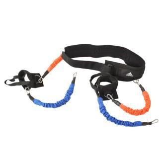 Эспандер Вертикальный прыжок Adidas AdidasАксессуары для фитнеса<br>Эспандер «Вертикальный прыжок» adidasвоссоздает основные нагрузки, которые Вы преодолеваете во время прыжка, чтобымаксимально увеличить эффективность отработки прыжков. Регулируемый мягкий поясрасполагается низко на талии близко коснованию спины, позволяя задействовать основные мышцы кора, мышцы бедер иягодиц. Манжеты для ног закрепляются не только на голенях, но и под ступнями, обеспечиваянадежную фиксацию и свободу движения голени. Так как более 80% энергии (обычноэто 87%) во время вертикального прыжка идет из нижней части корпуса, использованиедополнительных нагрузок для таких прыжков очень эффективно! Выполните 8-10последовательных повторений для выносливости, или тренируйтесь в режиме одногоповторения для развития максимального взрывного усилия.<br>