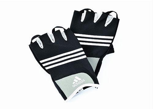 Перчатки для тренировок Adidas Stretchfit AdidasПерчатки для фитнеса<br>Перчатки для работы с гирями, гантелями, штангой и другимиснарядами. Мягкий материал междупальцами улучшает подвижность, подушки защищают ладонь от трения и утомления.Круглые шнурки помогают легче снять перчатки. Печатки выполнены из «дышашего»материала для максимального комфорта.<br>