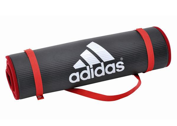 Тренировочный коврик (мат) для фитнеса Adidas AdidasАксессуары для фитнеса<br>Сворачиваемый коврик – значит, его можно хранить вминимальном пространстве, носить с собой в сумке или через плечо. Набитаяповерхность толщиной 1 см предназначена для смягчения касания рук, коленей идругих частей тела для того, чтобы во время тренировки не думать о комфорте.<br>