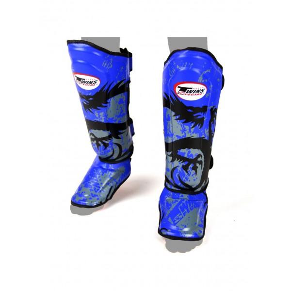 Щитки Twins FSG-36 Blue, S Twins SpecialЗащита тела<br>Материал: натуральная кожа с антибактериальной пропиткой,материал подкладки исключает проскальзывание на ноге,надежная двойная застежка на широкой липучке и двух эластичных ремнях. Защита отлично смягчает удар благодаря конструкции и трехслойному наполнителю.<br>