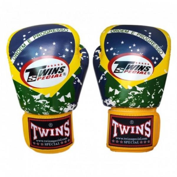 Перчатки боксерские Twins FBGV-44BZ, 16 унций  Twins SpecialБоксерские перчатки<br>Перчатки боксерскиеTwins FBGV-44BZпрекрасно подойдут для тайского бокса, кикбоксинга или классического бокса. Особенности:- Натуральная кожа высшего качества- Удобная застежка на липучке- Идеальное соотношение цена/качество- Фиксированный большой палец- Внутренний материал из многослойной высококачественной пены- Ручная работа- Страна производитель: Тайланд<br>