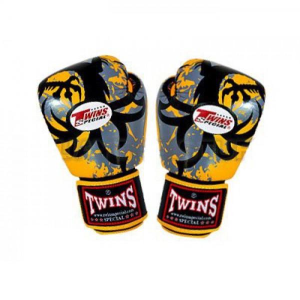 Перчатки боксерские Twins FBGV-36-Yellow, 14 унций Twins SpecialБоксерские перчатки<br>Перчатки боксерские Twins FBGV-36-Yellow прекрасно подойдут для тайского бокса, кикбоксинга или классического бокса. Особенности:- Натуральная кожа высшего качества- Удобная застежка на липучке- Идеальное соотношение цена/качество- Фиксированный большой палец- Внутренний материал из многослойной высококачественной пены- Ручная работа<br>