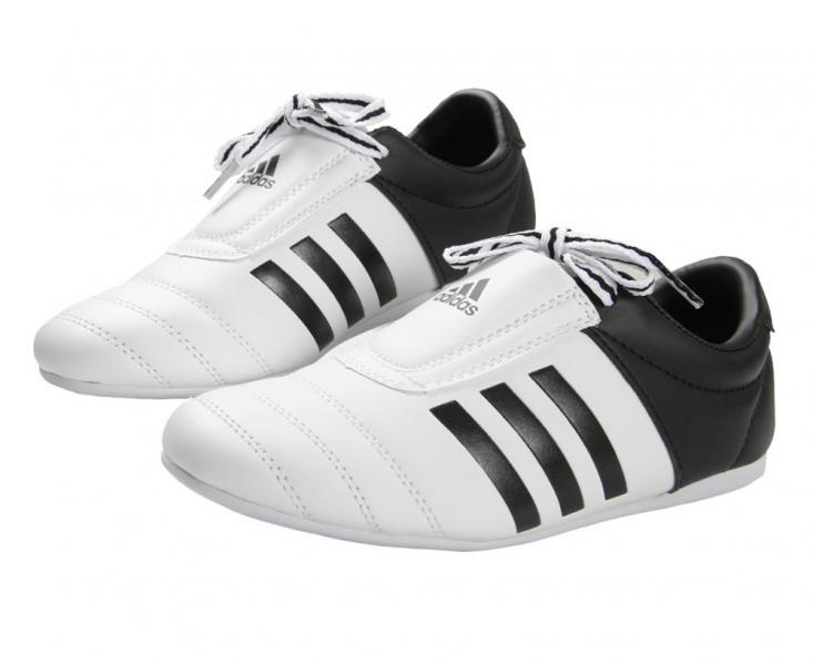 Степки для тхэквондо Adi-Kick 2, бело-черные AdidasЭкипировка для Тхэквондо<br>Cтепки adidas ADI- KICK 2, модель 2017 года, сделаны из мягкой искусственной кожи по технологии PU INNOVATION, это инновационный полиуретан нового поколения, который выглядит, как кожа, мягкий и прочный, и нечувствителен к колебаниям температуры и влажности. Подтверждено испытаниями в лабораториях adidas AG. Модель ADI- KICK 2 имеет белую переднюю часть, черную пятку и 3 черные полосы по бокам и вышитый логотип adidas в передней части. Шнурки спрятаны специальным карманом, для предотвращения нанесения травмы сопернику выступающими элементами. Подошва изготовлены из EVA пены со структурой напоминающую резину, что создает условия для превосходного баланса прочности, сцепления и скорости, придавая реальную износостойкость и упругость, а так же не окрашивает татами или иное спортивное покрытие. А уникальное расположение точки поворота на передней части подошвы обеспечивает превосходные спортивные характеристики. Спортивные туфли adidas ADI- KICK, могут безопасно использоваться во всех видах спорта, а так же как удобную, стильную, качественную спортивную обувь. Состав:100% полиуретан. Искусственная кожаИзносостойкая и упругая подошваЛоготип adidas в передней части Точка поворота на подошвеПоставляется в коробке + чехол. *ВНИМАНИЕ: РОССИЙСКИЙ РАЗМЕР НА 1 МЕНЬШЕ ЕВРОПЕЙСКОГО.<br><br>Размер: 33 [UK 2]