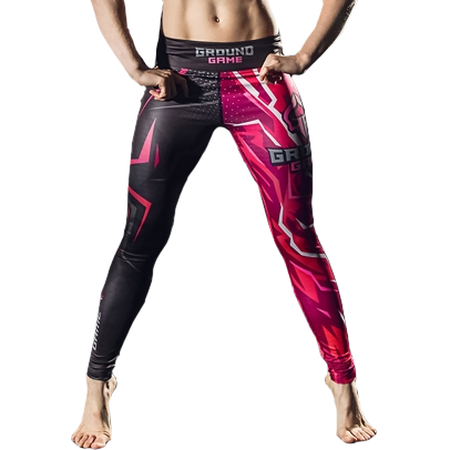 Женские компрессионные штаны Ground Game Pink Ground GameКомпрессионные штаны / шорты<br>Женские компрессионные штаны Ground Game Pink. Леггинсы Ground Game предназначены для грепплинга, MMA(смешанных единоборств), кроссфита, бега. Также надеваются как дополнительная защита под штаны от ги или шорты. Компрессия этих штанов способствует кровотоку, тем самым повышается мышечная производительность. Штаны защитят вас от мелких травм, таких как царапины, ссадины, ожоги при работе на матах. Также леггинсы защищают от микробов. Компрессионные штаны Ground Game сделаны из смеси спандекса и полиэстера. Ткань достаточно прочная и быстросохнущая, что позволит вам использовать леггинсы регулярно. Уход: Машинная стирка в холодной воде, деликатный отжим, не отбеливать!<br>