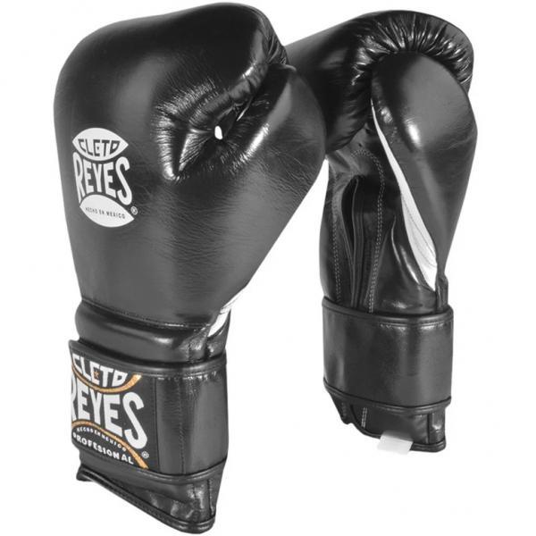 Перчатки боксерские Cleto Reyes, на липучке, 18 унций Cleto ReyesБоксерские перчатки<br>Изготовлены из козьей кожи и композитов исключительного качества<br> Водоотталкивающая подстежка из нейлона защищает обивку от пота<br> Удлинненный манжет и липучка гарантирует удобство крепления и защищает запястье от повреждений<br> Наполнение латексной пеной<br> Конструкция большого пальца защищает от попаданий в глаз, повреждений суставов, повреждений костей и гарантирует защиту пальца<br><br>Цвет: Черный