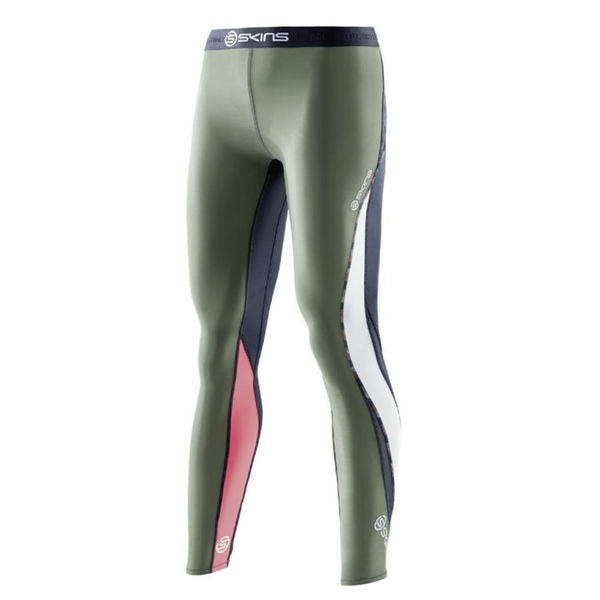 Компрессионные тайтсы SKINS DA99060019241 DINAMIC WOMENS LONG TIGHTS  SkinsКомпрессионные штаны / шорты<br>Компрессионные тайтсы SKINS DA99060019241 DNAMIC WOMENS LONG TIGHTS Вся линия одежды Skins обеспечивает оптимальный уровень компрессии на определённые участки тела, улучшает циркуляцию крови, повышая силу, скорость и выносливость независимо от вида спорта. Тайтсы Skins Dnamic Womens Long Tights совместили в себе стильный внешний вид с современной технологией сжатия, даже во время самых интенсивных тренировок обеспечивают комфорт и поддержку. Они распределяют давление по всей поверхности бёдер и помогают стабилизации мышечного корсета. Тайтсы данной серии позволят вам добиться максимальной эффективности, сопровождая повсюду - от разминки до остывания и после тренировки. Технологии:•UV protection 50+ /УФ защита 50+. Родина бренда - солнечная Австралия, поэтому вся продукция разработана с усиленной защитой от ультрафиолетового излучения(коэффициент UV 50+), благодаря чему не придется заботиться о рисках воздействия солнечных лучей на кожу и позволит сосредоточиться на тренировке. •Engineered Gradient Compression/Динамический градиент сжатия. Разные уровни сжатия, которые увеличивают приток кислорода к активным мышцам во время фазы движения, сокращают образование молочной кислоты и других метаболических отходов и, следовательно, повышают производительность, позволяя сократить время восстановления и отдыха. •Moisture Managment/Управление влагой. Влагоотводящая ткань SKINS усиливает эффект испарительного охлаждения(ключевой механизм охлаждения тела) для поддержания постоянства температуры тела, активно отводит влагу от кожи на внешнюю поверхность одежды, где та испаряется, сохраняя тело атлетов сухим. Благодаря этому организм может сам регулировать температуру естественным образом. Tкань оптимизирует температуру тела, как в теплых, так и в холодных условиях. Эффект усиленного кровообращения быстро согревает мышцы. •Muscle Focus/Мышечная фокусировка. Обертывание и под